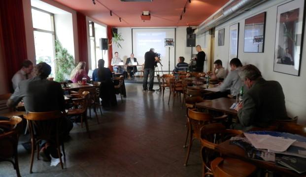 Tisková konference k protikorupčnímu indexu zbrojařských firem proběhla v prostorách Café Kampus