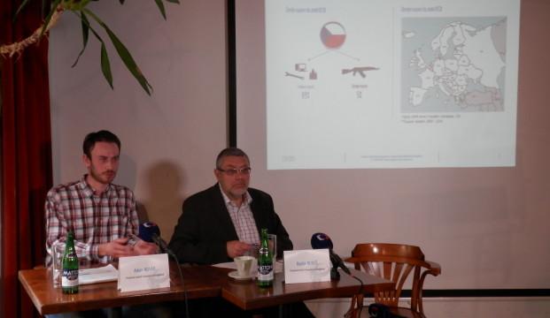 Tisková konference k protikorupčnímu indexu zbrojařských firem, výsledky studie představuje analytik TI Adam Novák