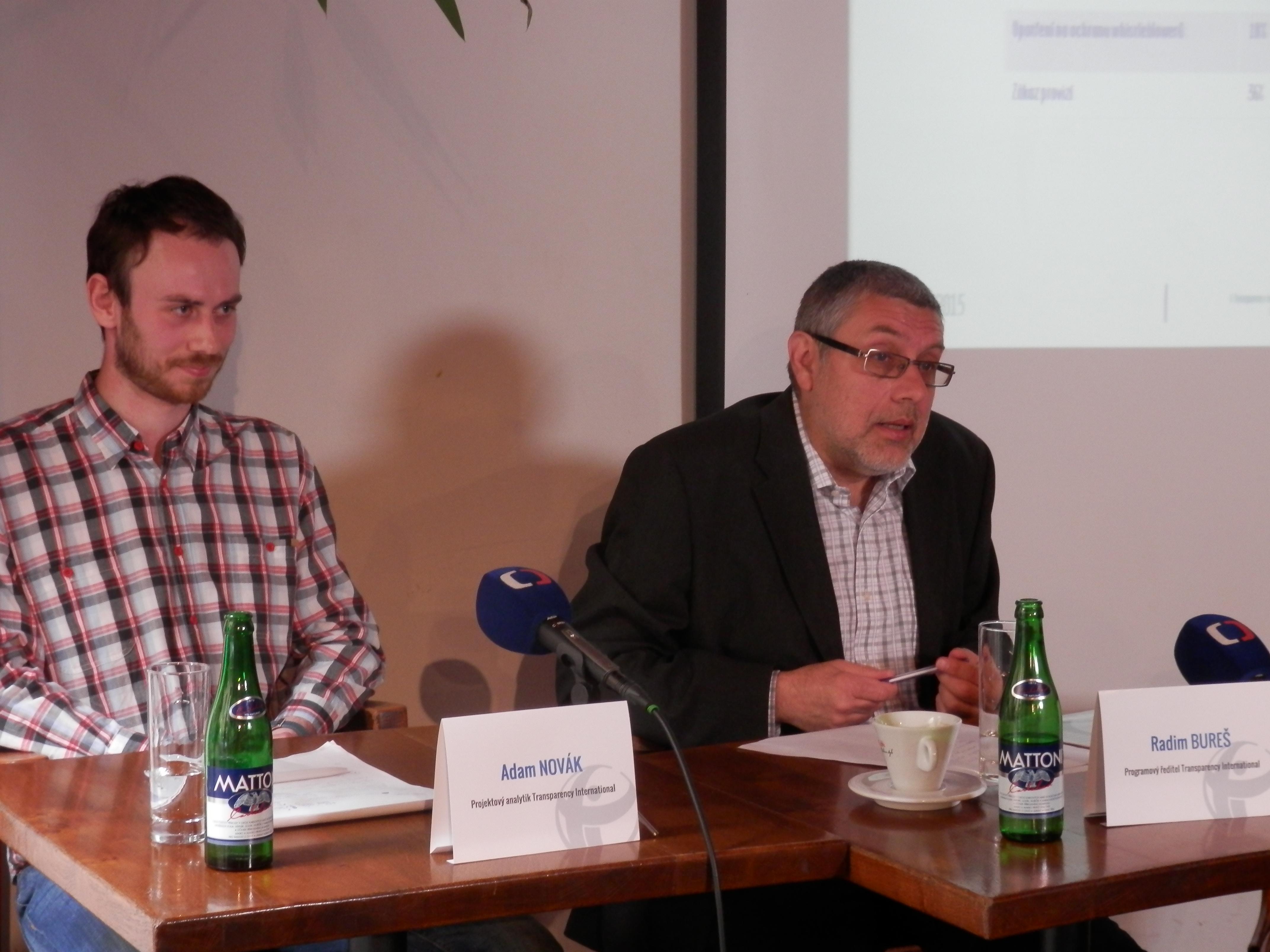 Tisková konference k protikorupčnímu indexu zbrojařských firem, výsledky studie představuje programový ředitel TI Radim Bureš